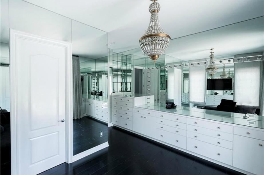 Η πολυτέλεια είναι έκδηλη στο κεντρικό υπνοδωμάτιο της κατοικίας. Περιλαμβάνει καθιστικό και ντουλάπα-δωμάτιο.