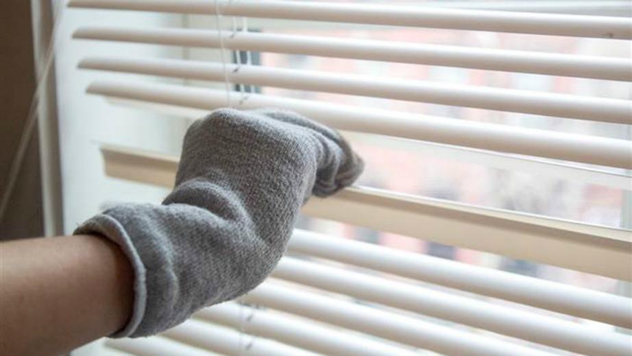 Καθαρίστε τις περσίδες σας με μια μόνο κάλτσα.