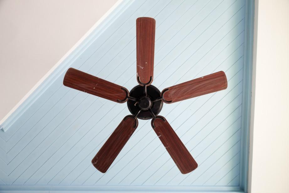 Τα φωτιστικά και ο ανεμιστήρας οροφής είναι ορισμένα από τα σημεία με την περισσότερη σκόνη.