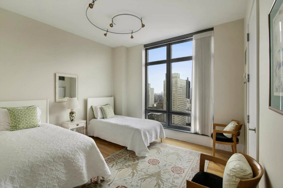 Σε μίνιμαλ διακόσμηση και το δεύτερο υπνοδωμάτιο του διαμερίσματος με μοναδική θέα και άπλετο φως.