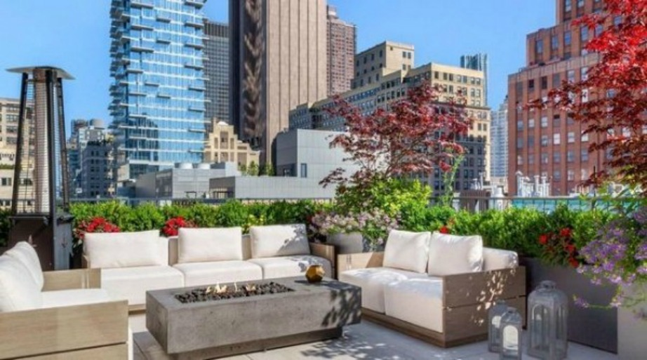 Το φυτά, ο ήλιος και αναπαυτικοί λευκοί καναπέδες προσφέρονται και για τις μοναδικές ηλιόλουστες της Νέας Υόρκης.