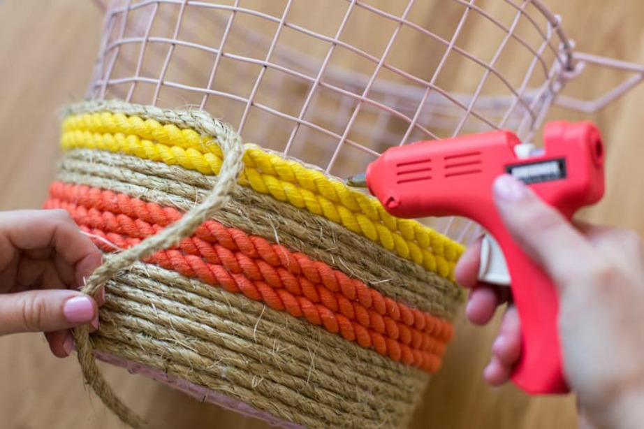 Κολλήστε το κορδόνι και το σχοινί στο σύρμα με πιστολάκι σιλικόνης.
