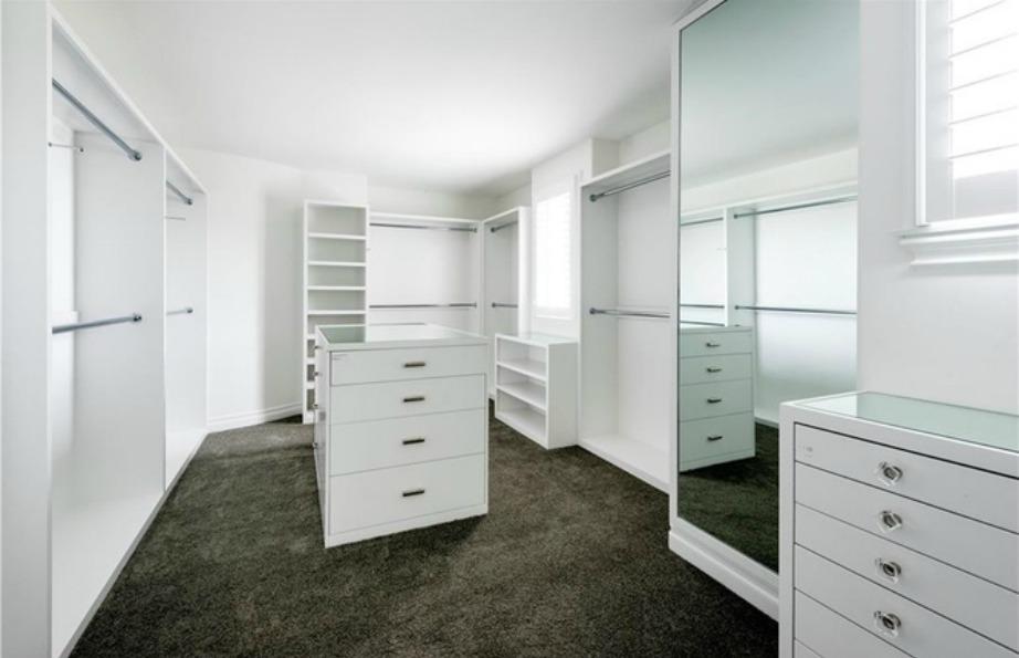Η Kylie λέει ναι στο λευκο ακόμα και στο εσωτερικό της ντουλάπας-δωμάτιο.