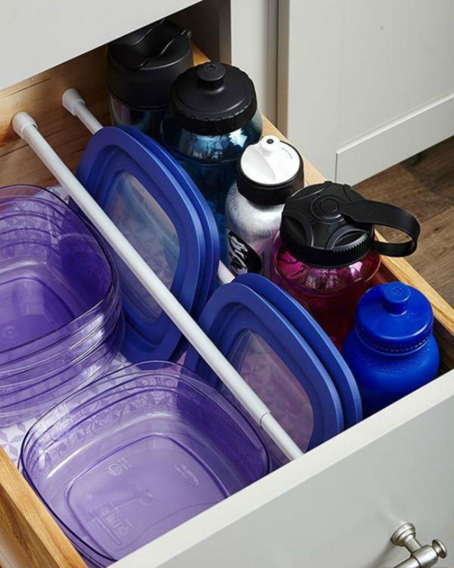 Διατηρήστε τακτοποιημένα τα πλαστικά σας μπολ με μεταλλικές ή πλαστικές ράβδους.