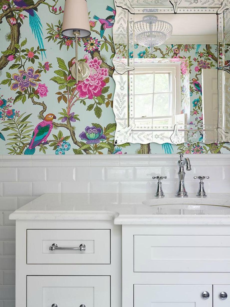 Μια ταπετσαρία με λουλούδια θα δώσει χρώμα στο μπάνιο σας.
