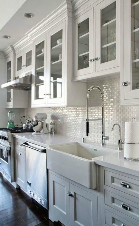 Δώστε βάθος στην κουζίνα σας με ντουλάπια –βιτρίνες μεγαλώνοντας έτσι το χώρο.