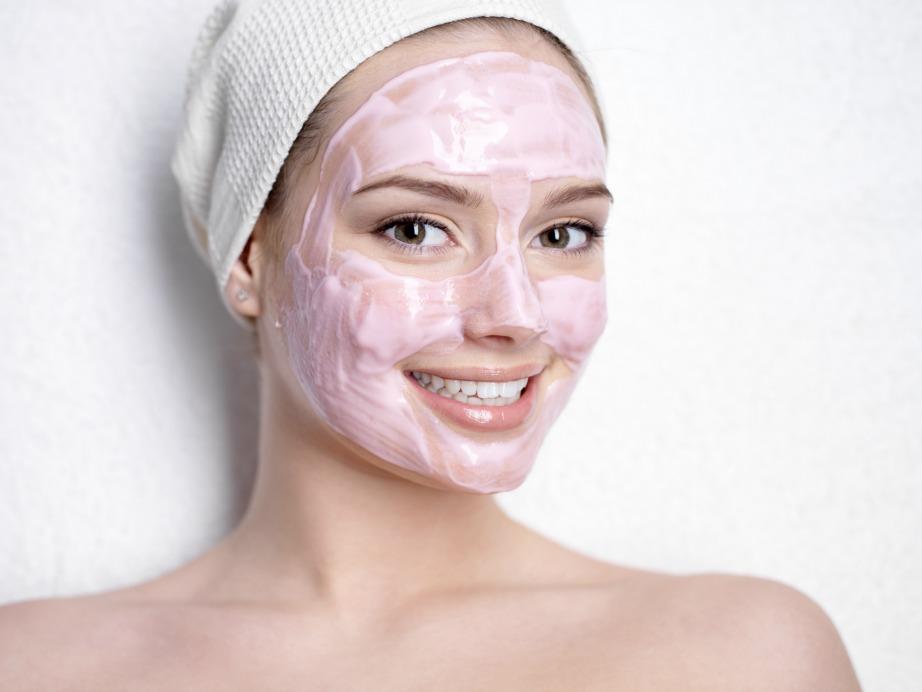 Απλώστε τη μάσκα στο πρόσωπό σας και αφήστε την για 10 λεπτά.