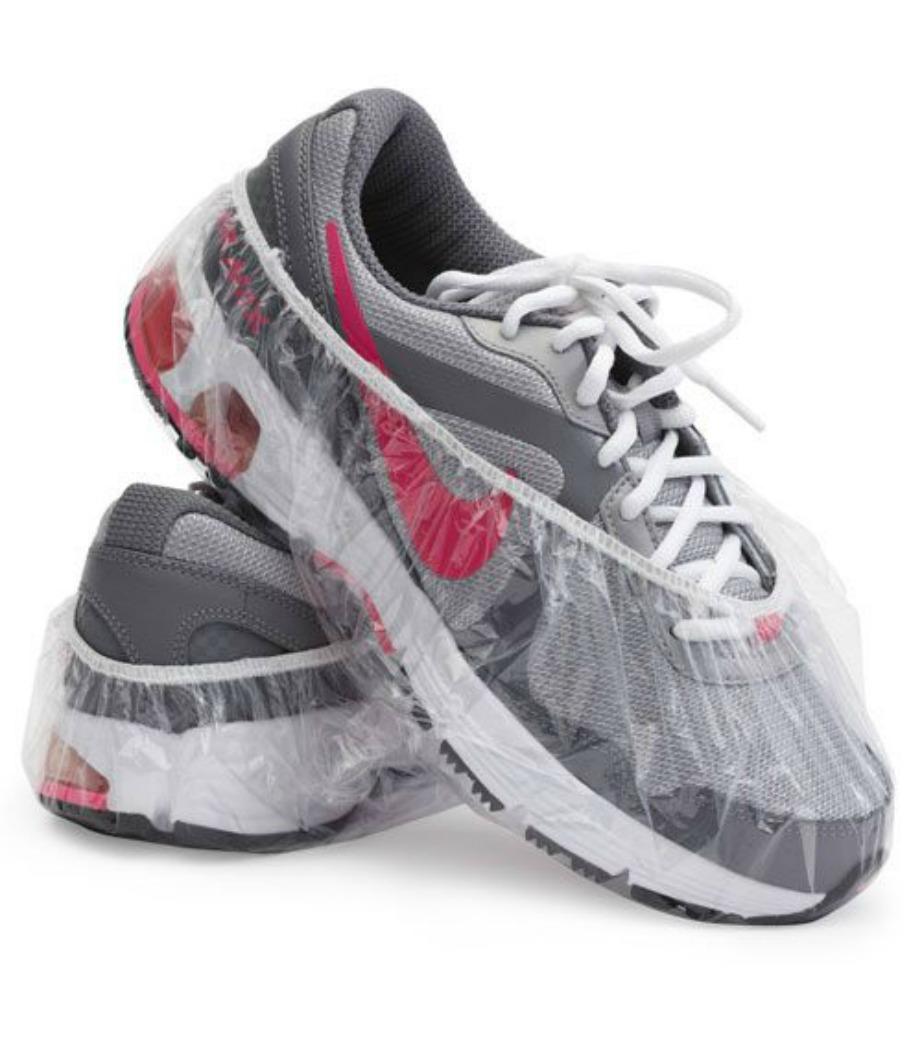 Μεταφέρετε τα παπούτσια σας τυλίγοντάς τα με σκουφάκια για ντους.