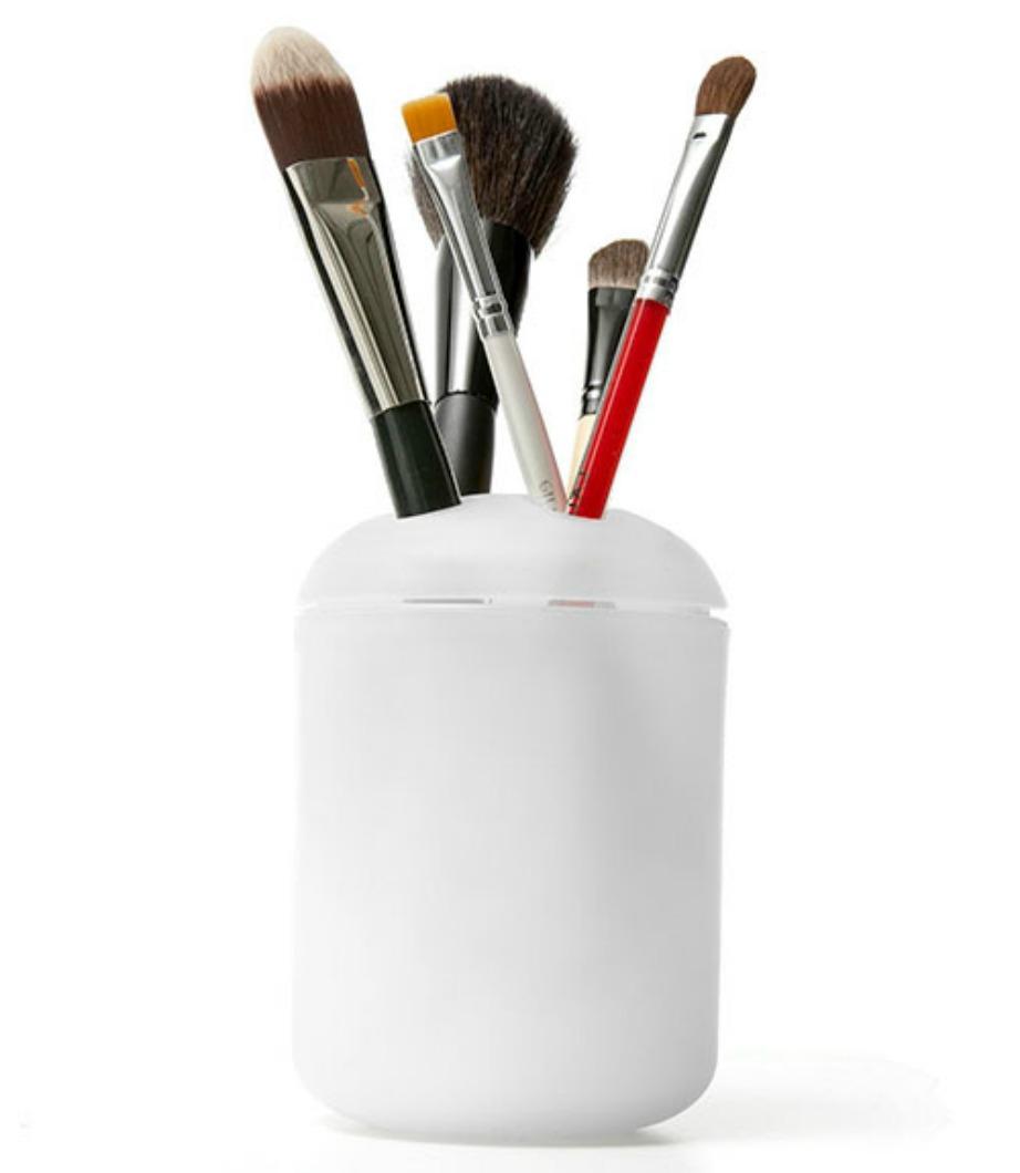 Τοποθετήστε τα πινέλα του μακιγιάζ σε θήκη για οδοντόβουρτσες.
