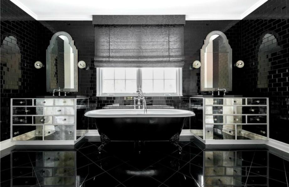 Σε ανάλογο στιλ κυμαίνεται και το μεγαλύτερο μπάνιο της κατοικίας μαυρίλα και ξερό ψωμί!