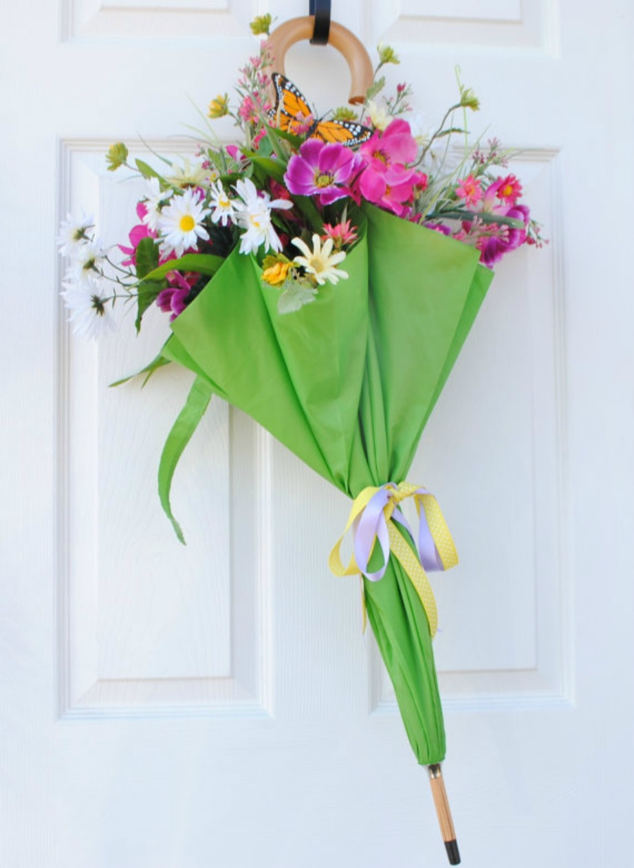 Φτιάξτε ένα μπουκέτο με λουλούδια με τη βοήθεια μιας ομπρέλας.