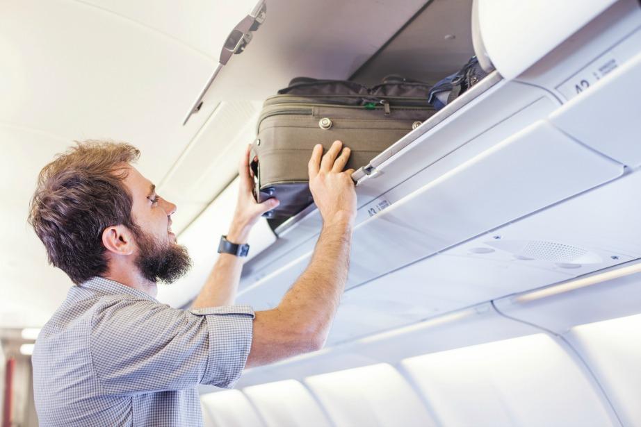 Προτιμήστε τις πίσω θέσεις του αεροπλάνου για πιο εύκολη πρόσβαση στη χειραποσκευή σας.