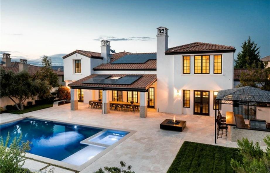 Πανοραμική άποψη της οικίας αλλά και της μοναδικής αυλής με την πισίνα.