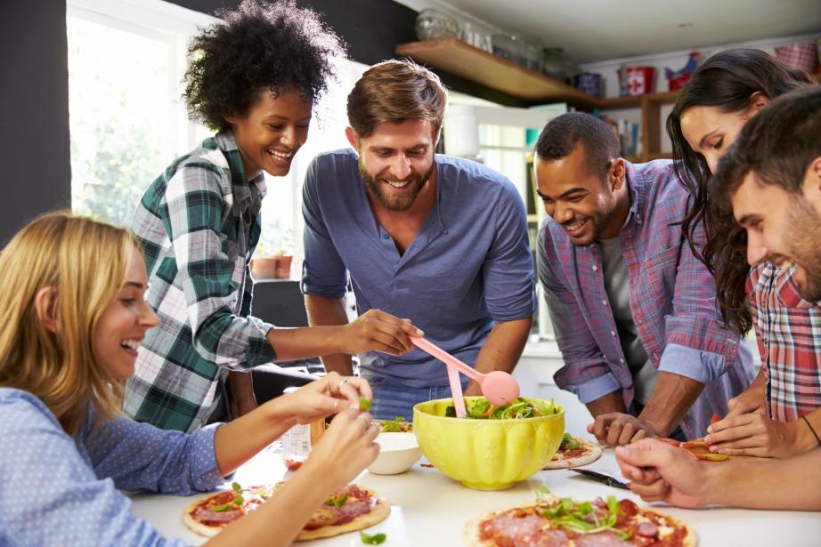 Οργανώστε μια βραδιά που μαγειρέψετε όλοι μαζί στην κουζίνα του δωματίου σας, αντί να φάτε έξω.