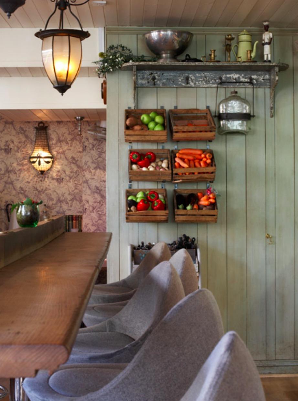 Εύκολα και πάνω απ' όλα οικονομικά μπορείτε να προσαρμόσετε τελάρα στον τοίχο για την σωστή αποθήκευση των λαχανικών.