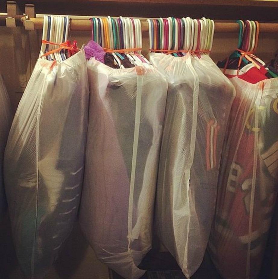 Μεταφέρετε με σακούλες απορριμάτων τα κρεμαστά ρούχα.