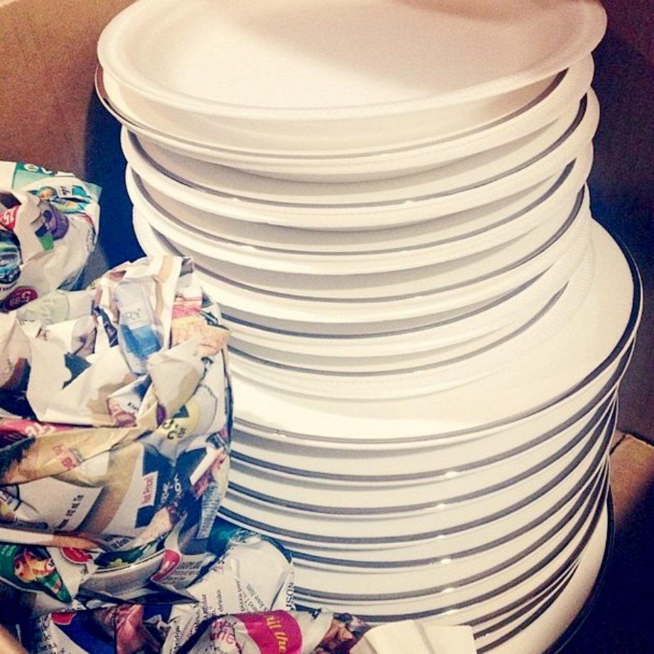 Προστατέψτε τα πιάτα σας με πλαστικά πιάτα.
