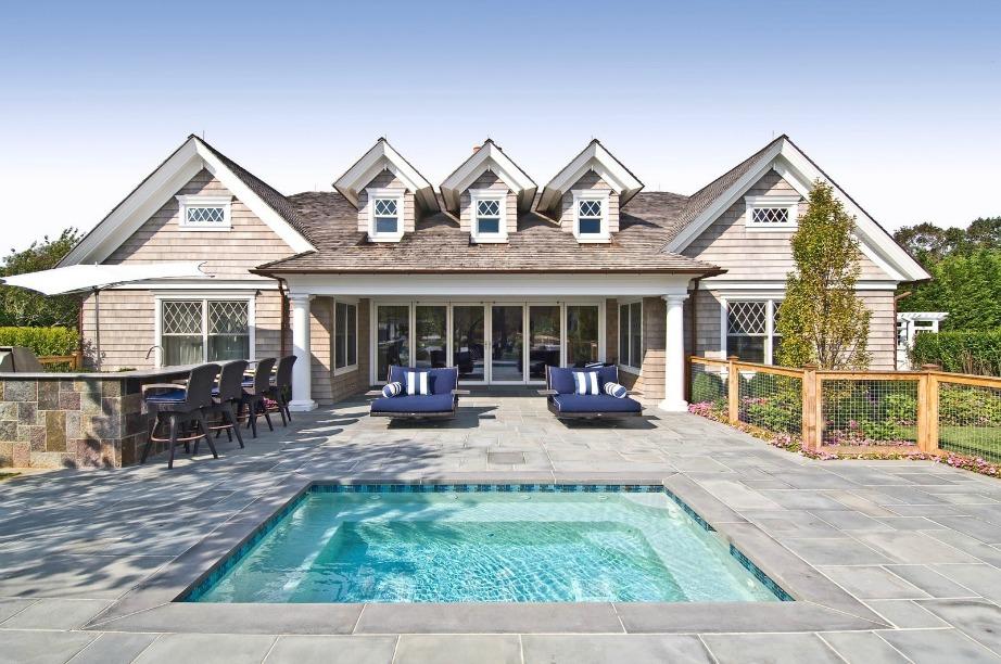 Πίσω άποψη της κατοικίας και της δεύτερης πισίνας που διαθέτει σε μικρότερες διαστάσεις.