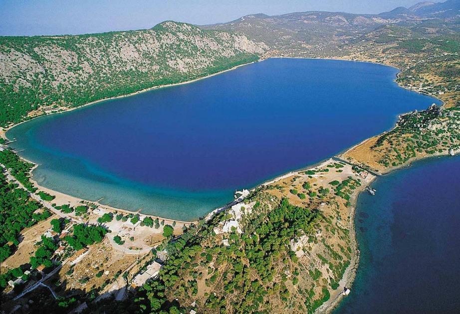 Η λίμνη της Βουλιαγμένης προσφέρεται για μπάνιο και ατέλειωτες ώρες χαλάρωσης, μόλις 16 χιλιόμετρα από την πόλη του Λουτρακίου.