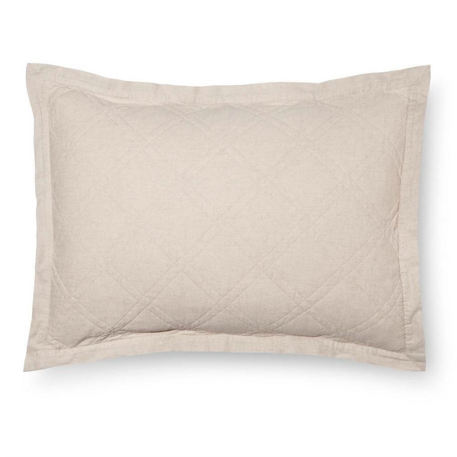 Ένα ουδέτερο χρωματικά μαξιλάρι σε είναι ιδανικός καμβάς για οποιοδήποτε χρώμα σεντονιού.