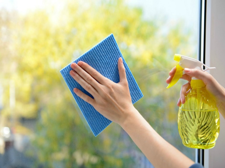 Καθαρίστε με φυσικά υλικά τα τζάμια σας χωρίς να έχετε το άγχος των παιδιών που συνηθίζουν να βάζουν τη γλώσσα τους.