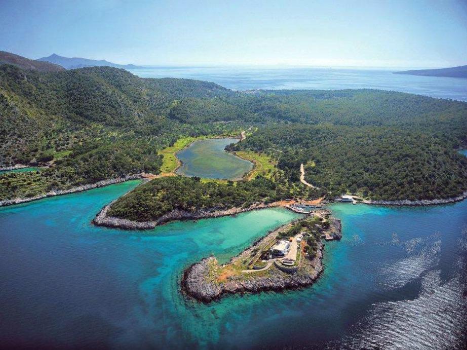 Με διαφορά η ομορφότερη παραλία του νησιού και με αρκετές δόσεις εξωτικών στοιχείων.