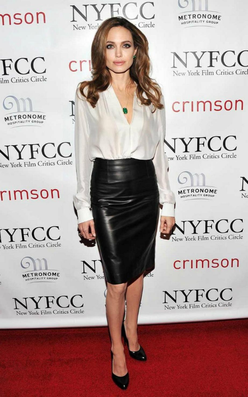 Κάντε το όπως η Angelina Joli, υιοθετήστε στο συγκεκριμένο στιλ για να φαίνεστε ψηλότερη.