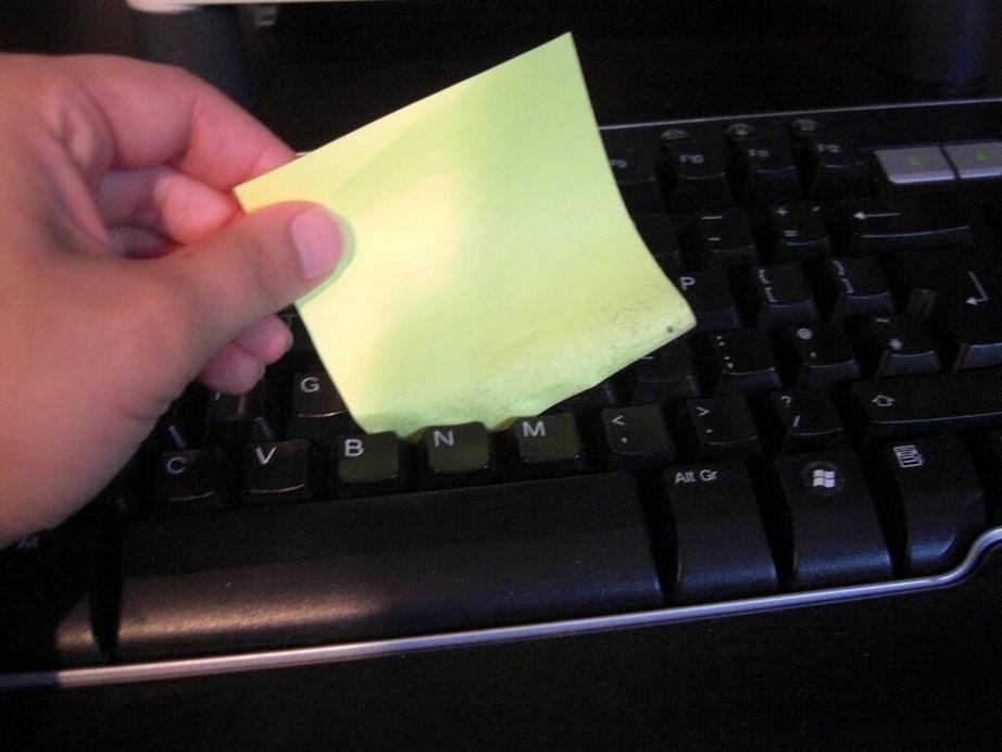 Καθαρίστε το πληκτρολόγιό σας με χαρτάκια σημειώσεων.