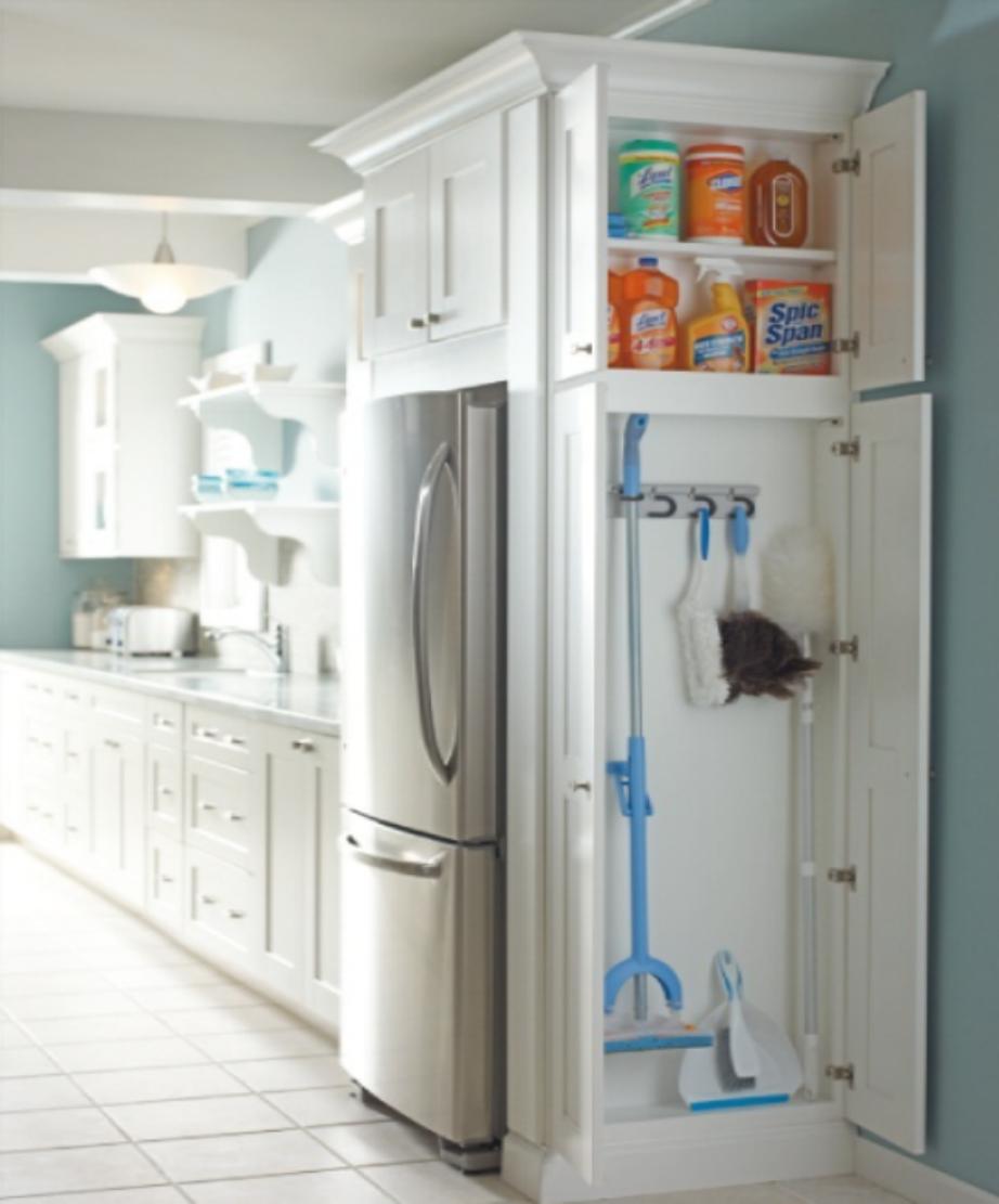 Φτιάξτε στην κουζίνα σας ντουλάπι αποθήκευσης σκούπας και ειδών καθαρισμού.