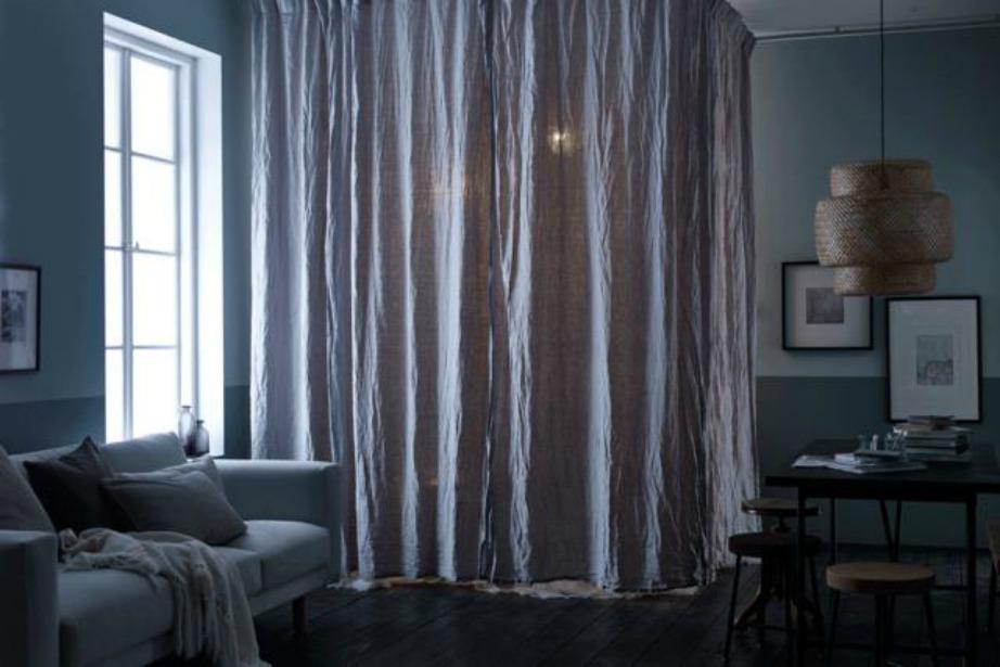 Η κουρτίνα συμβάλει αρκετά στην ιδιωτικότητα του χώρου ενώ μπορεί εύκολα να απομονώσει ένα σημείο του διαμερίσματος.