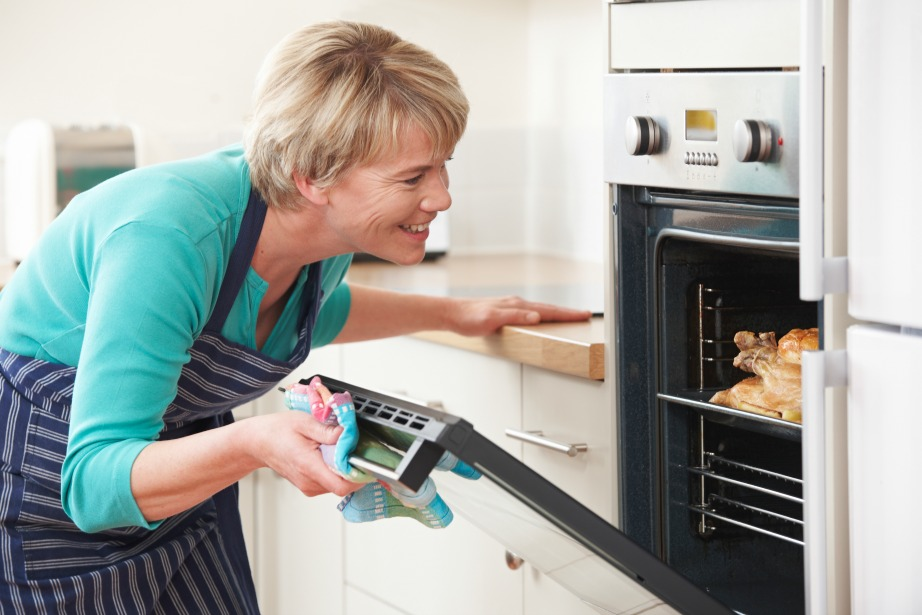 Η θερμότητα που προέρχεται από τον αναμμένο σας φούρνο θα ζεστάνει την κουζίνα.