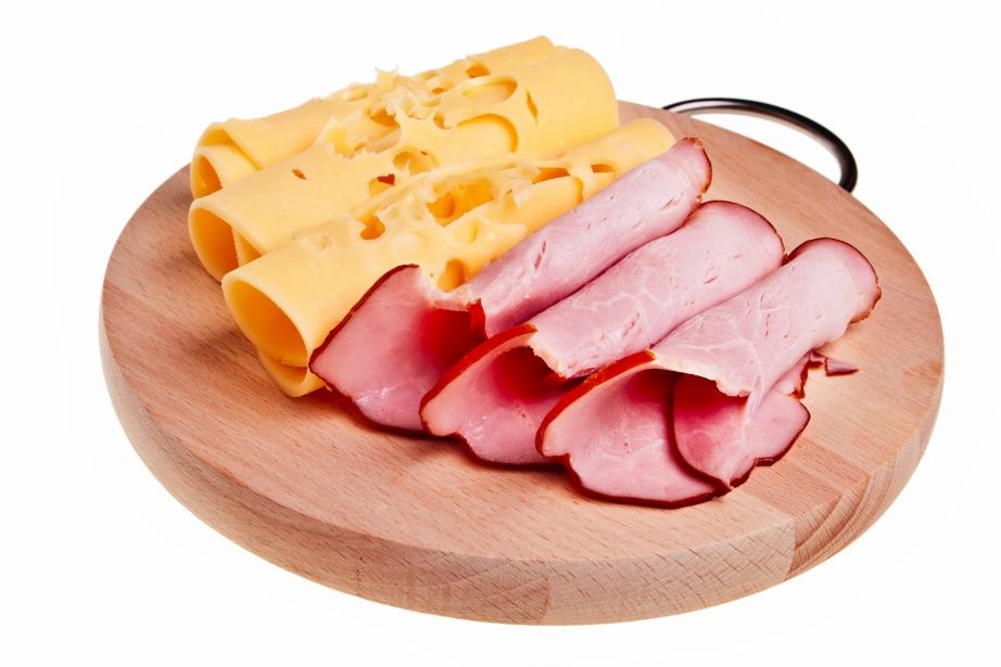 Ένα σνακ που επιτρέπεται να φάτε πριν τον ύπνο είναι μια φέτα ζαμπόν-τυρί.