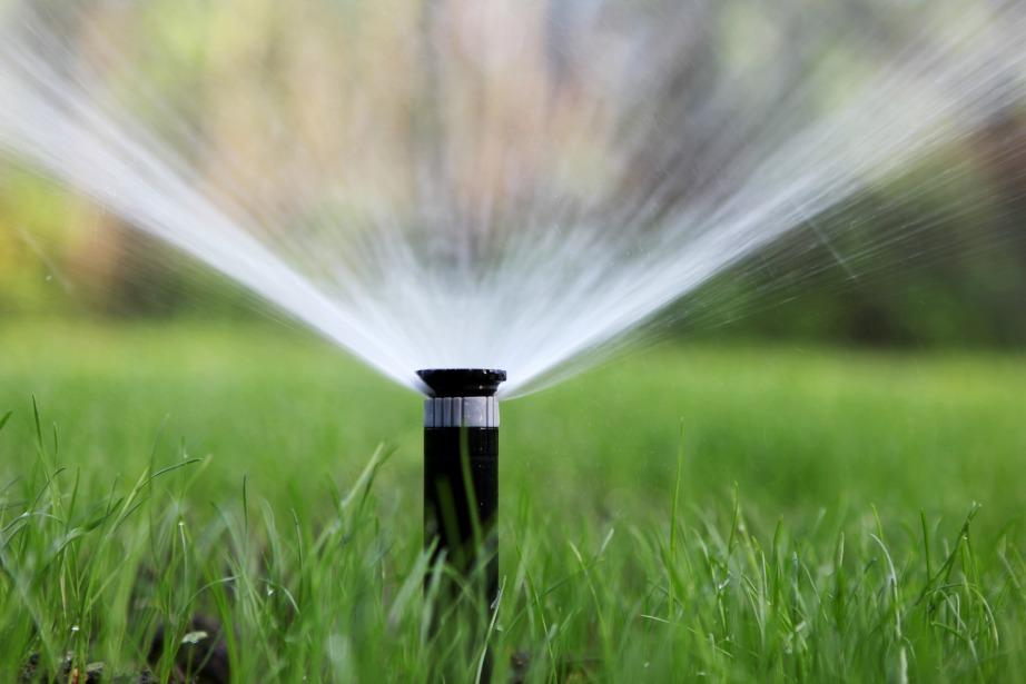Το αυτόματο πότισμα βοηθά στην εξοικονόμηση νερού.