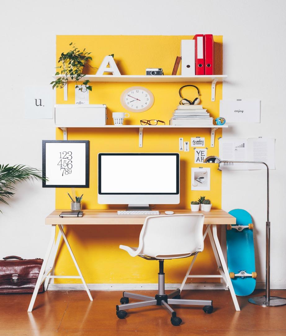Βάψτε τον τοίχο πίσω από το γραφείο.