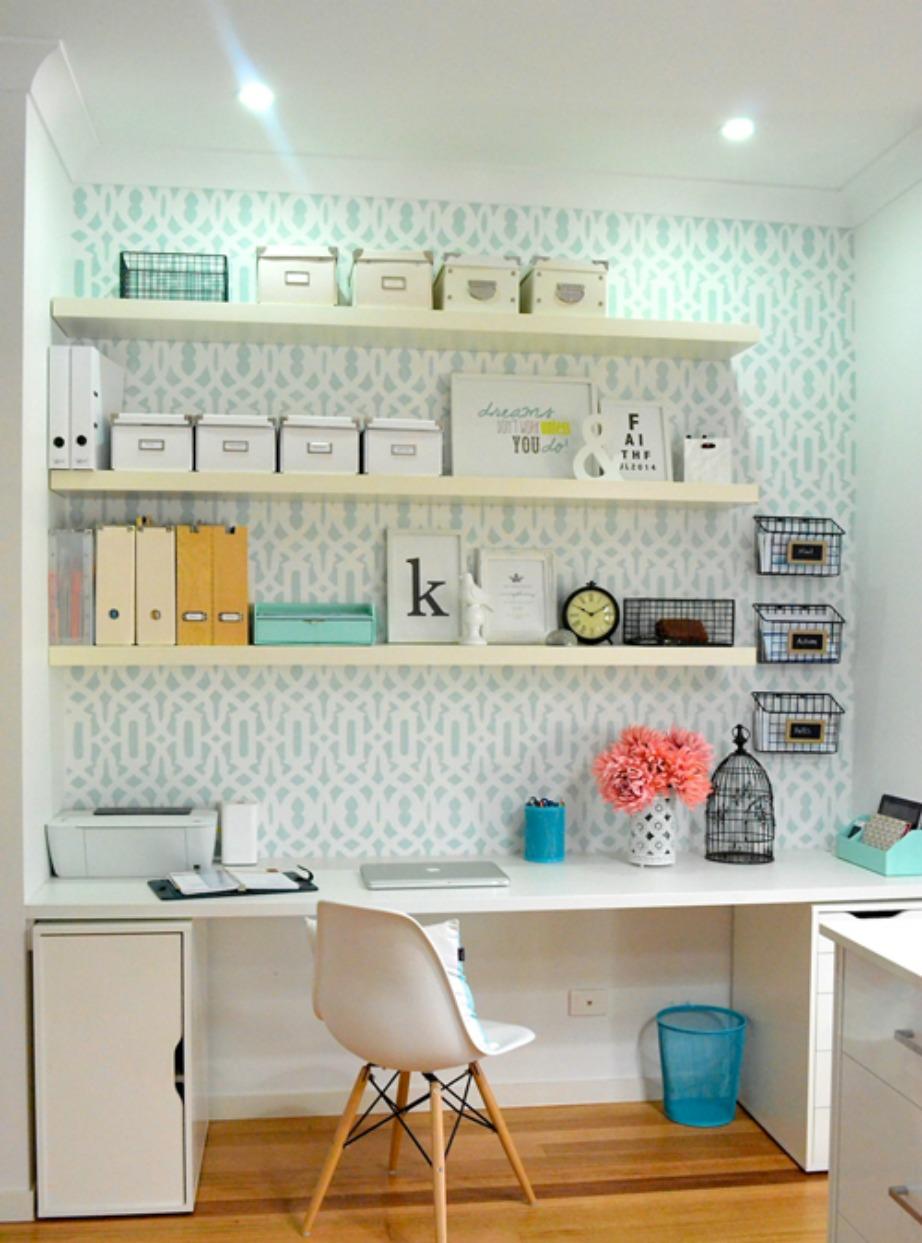 Κάντε το γραφείο σας να μοιάζει μεγαλύτερο χρησιμοποιώντας ράφια.