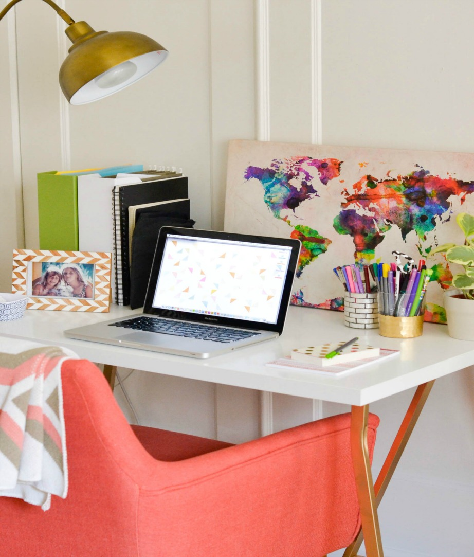 Διακοσμήστε την επιφάνεια του γραφείου με γραφική ύλη και προσωπικά αντικείμενα.