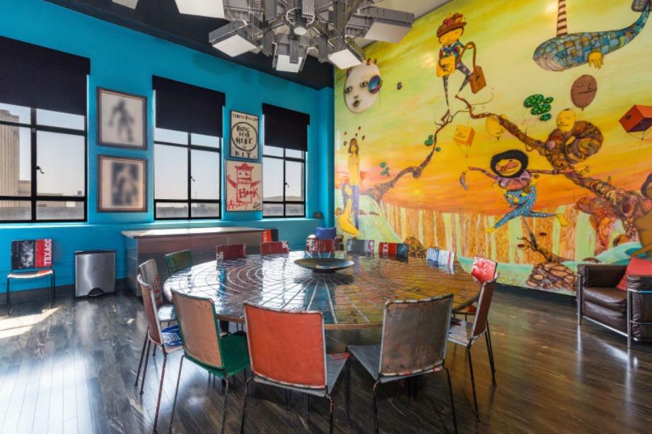 Η επιβλητική τοιχογραφία με άρωμα Βραζιλίας παίζει κυρίαρχο ρόλο στην τραπεζαρία.
