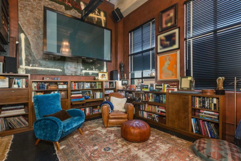 Με κυρίαρχο στοιχείο τα βιβλία ο χώρος του καθιστικού προσφέρεται για μελέτη και ξεκούραση.