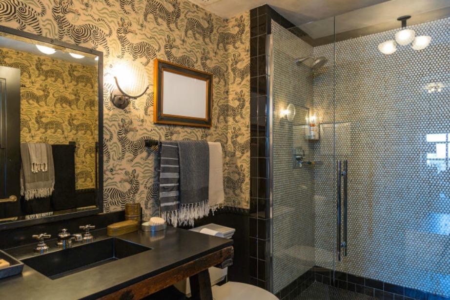 Μοναδικό μπάνιο με έντονα αφρικανικά στοιχεία κυρίως στην ταπετσαρία.