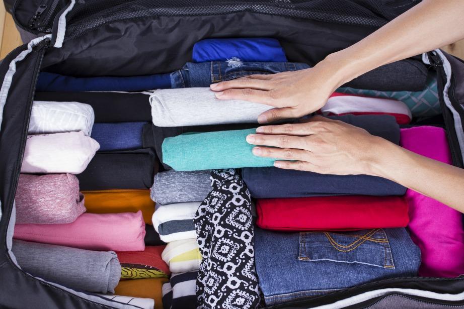 Τυλίξτε τα ρούχα σας σε ρολά για εξοικονόμηση χώρου.