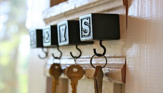 3 Πανεύκολοι Τρόποι για να Φτιάξετε Κρεμάστρες Κλειδιών με Αντικείμενα που Έχετε Ήδη
