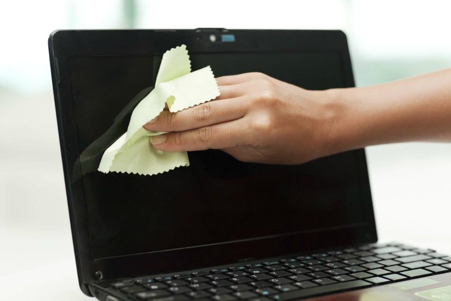 Ένα καλό καθάρισμα του υπολογιστή σας για τυχόν υπολείμματα υγρών επιβάλλεται.