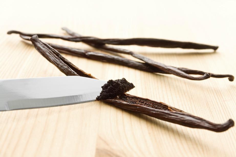 Χρησιμοποιήστε κόκκους βανίλιας για να κάνετε αρωματικό το κερί σας.