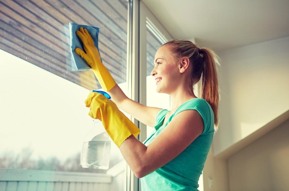 Ξεσκονίστε τα τζάμια σας και μετά ψεκάστε τα με καθαριστικό σπρέι.