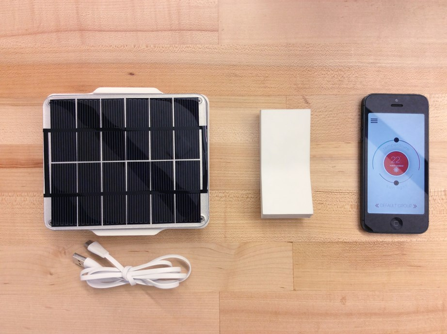 Η συσκευή φορτίζεται με το ειδικό ηλιακό πάνελ.