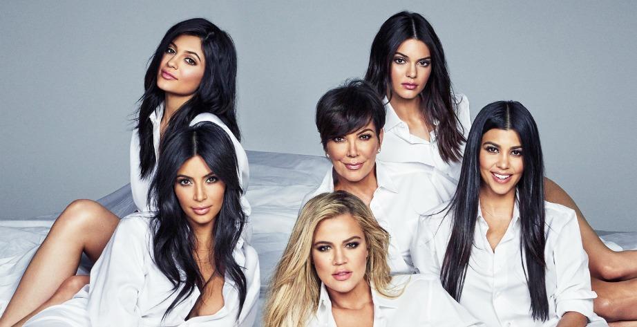 """Η περιφανή μαμά Kris Jenner έχει κάτω από τις """"φτερούγες"""" της όλες της τις κόρες!"""