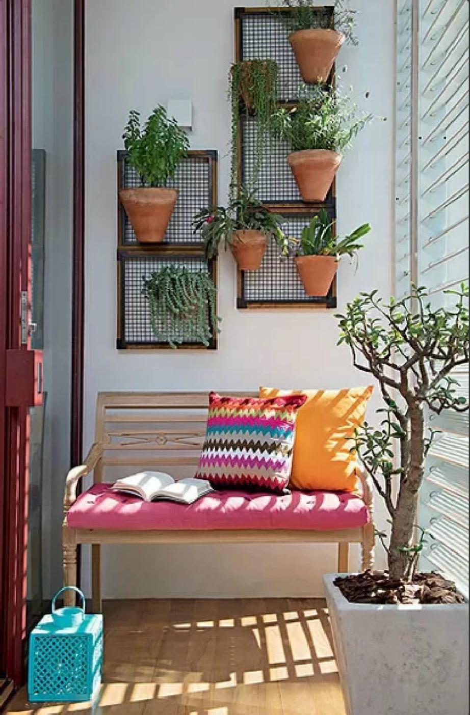 Με τα φυτά στον τοίχο θα κερδίσετε περισσότερο χώρο από τη βεράντα σας.
