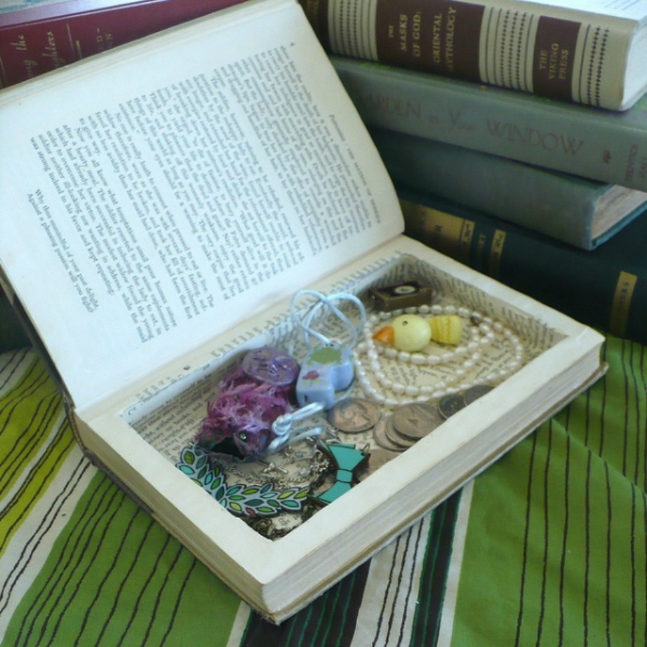 Επιλέξτε ένα βιβλίο που δε θα σας λείψει από τη βιβλιοθήκη σας και μετατρέψτε το σε κρυψώνα.