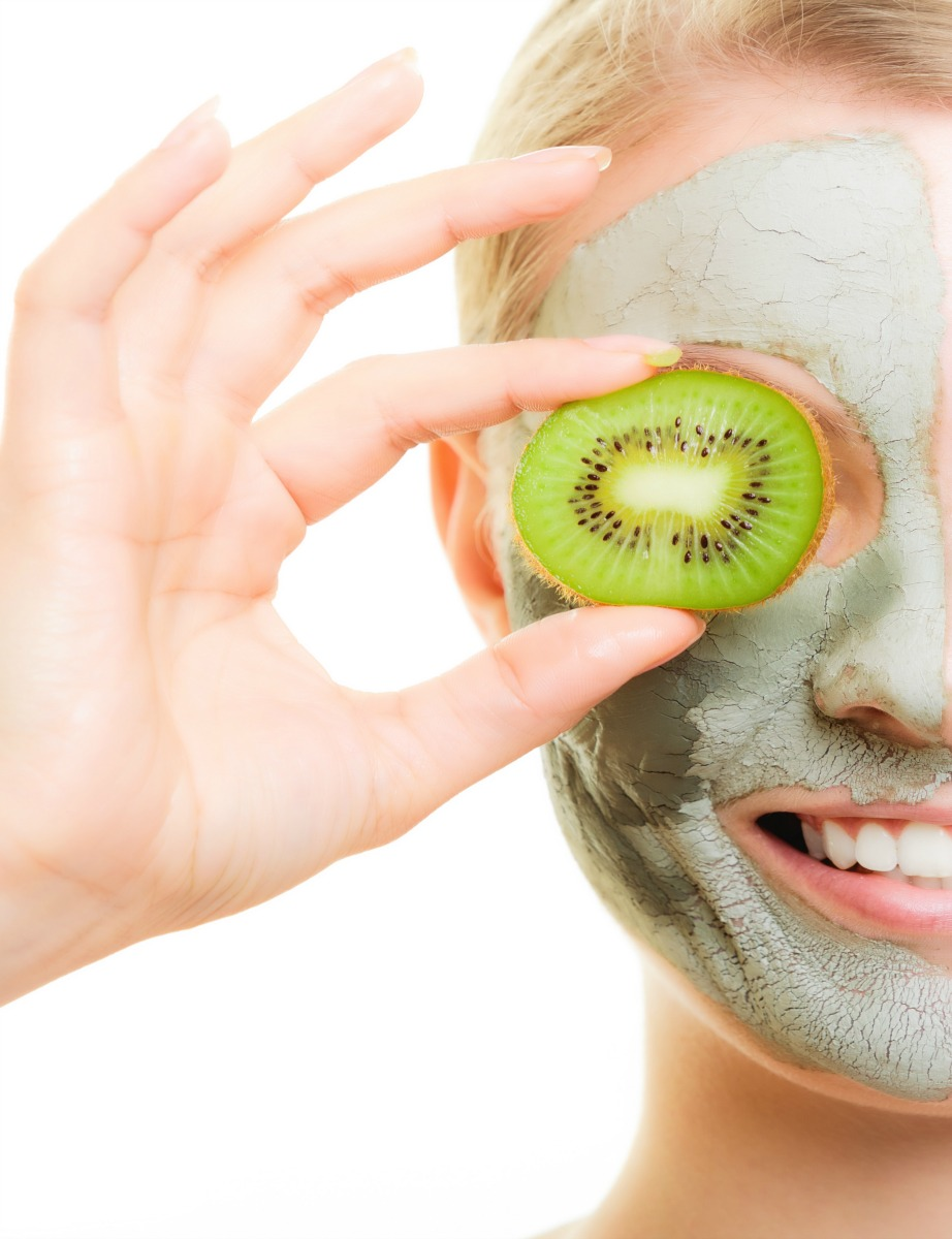 Αφήστε τη μάσκα να δράσει στο πρόσωπό σας για 15 λεπτά.