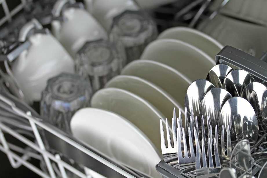 Οργανώστε με τάξη τα πιάτα και τα μαχαιροπίρουνα στο πλυντήριο.
